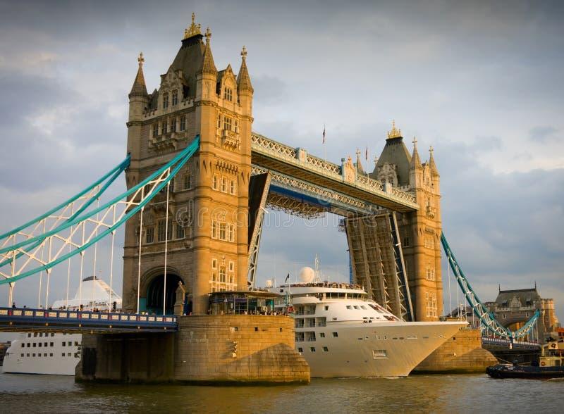 Het schip dat van de cruise de Brug van de Toren overgaat bij zonsondergang royalty-vrije stock afbeelding