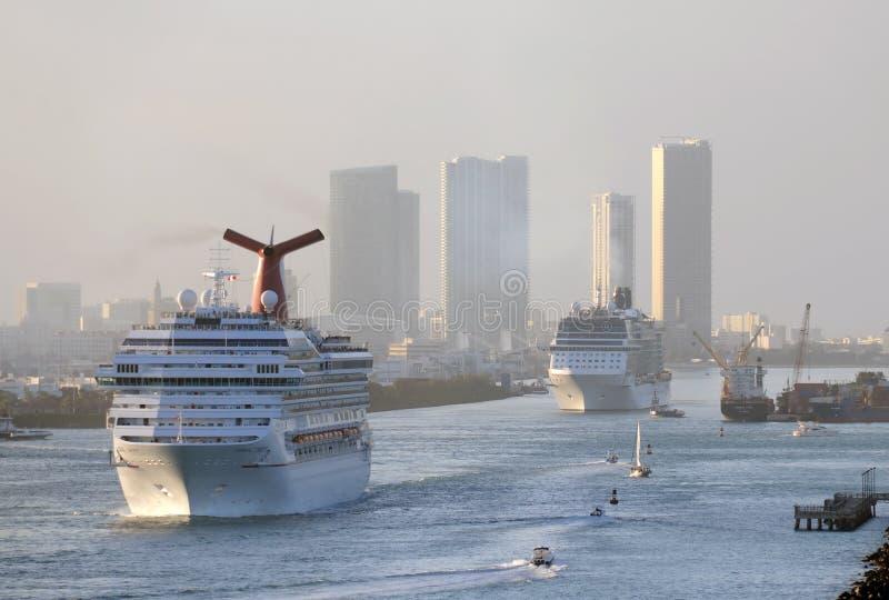 Het schip dat van de cruise Miami verlaat stock foto