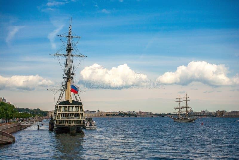 Het schip de vliegende Nederlander op de rivier op achtergrondhemel met wolken royalty-vrije stock afbeeldingen