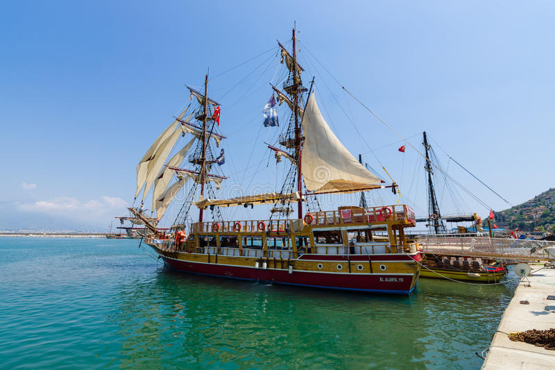 Het schip in de zeehaven van Alanya stock fotografie