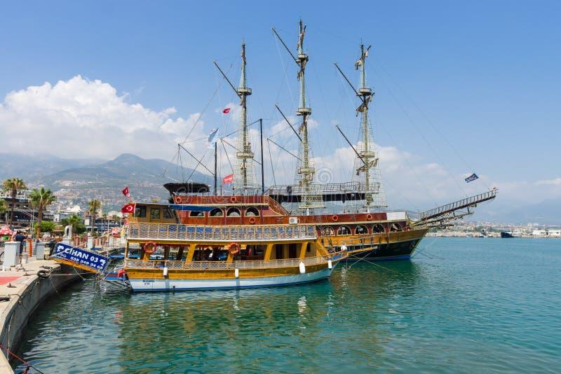 Het schip in de zeehaven van Alanya stock foto