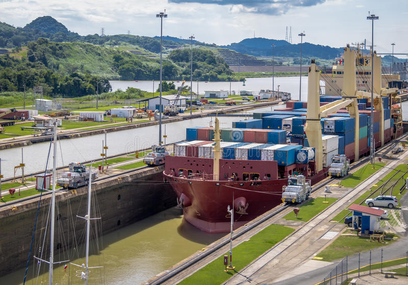 Het schip die het Kanaal die van Panama kruisen in Miraflores worden verminderd sluit - de Stad van Panama, Panama royalty-vrije stock foto's