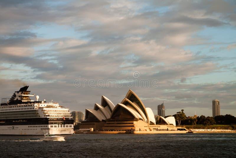 Het Schip die van de cruise voorbij het Huis van de Opera gaan stock afbeelding