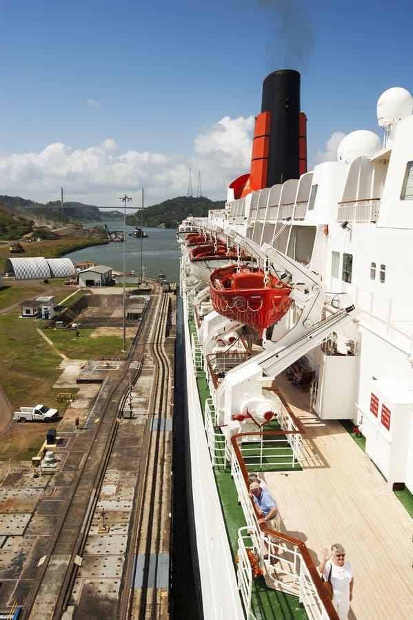 Het schip die van de passagierscruise in de het Kanaal gatun sloten van Panama overgaan stock afbeelding