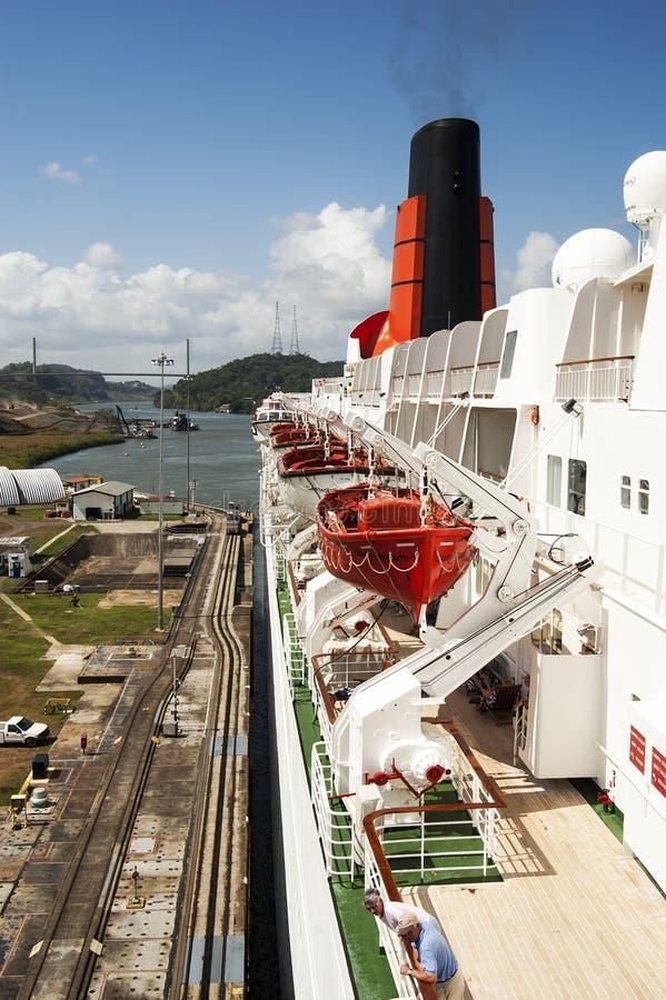 Het schip die van de passagierscruise in de het Kanaal gatun sloten van Panama overgaan stock foto's