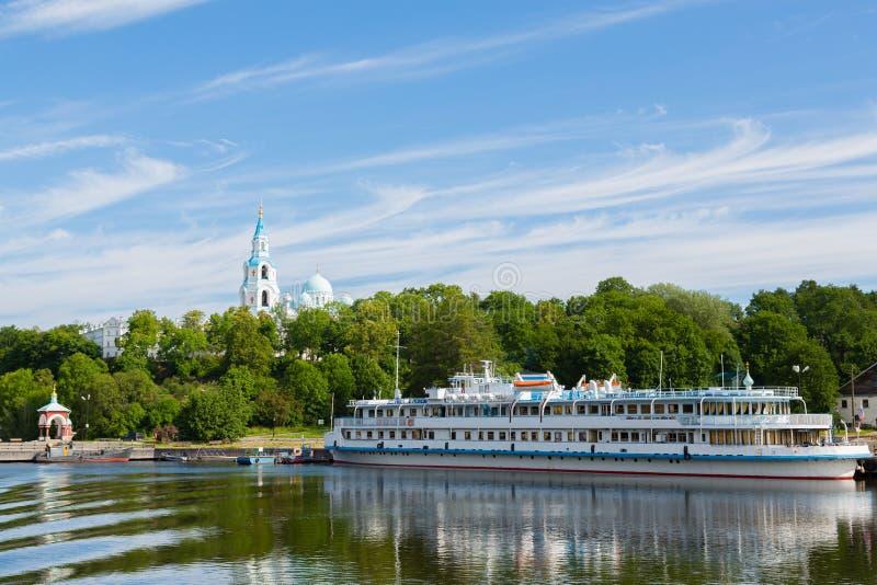 Het schip die van de passagierstoerist zich bij de pijler op Eiland Valaam bevinden royalty-vrije stock afbeeldingen