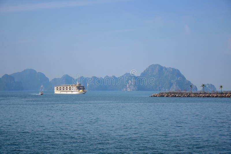 Het schip die van de toeristencruise in het overzees van Halong-Baai, Vietnam varen royalty-vrije stock afbeeldingen