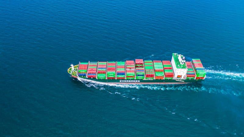 Het schip dragende container van de satellietbeeldcontainer voor de invoer en de uitvoer, zaken logistisch en vrachtvervoer door  stock afbeelding