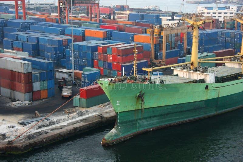Het schip en de lading van de zeehaven stock foto