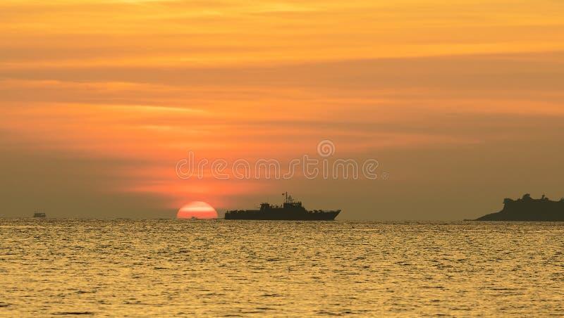 Het schip en de vissersboten blijven op overzees terwijl de zonsondergang stock foto