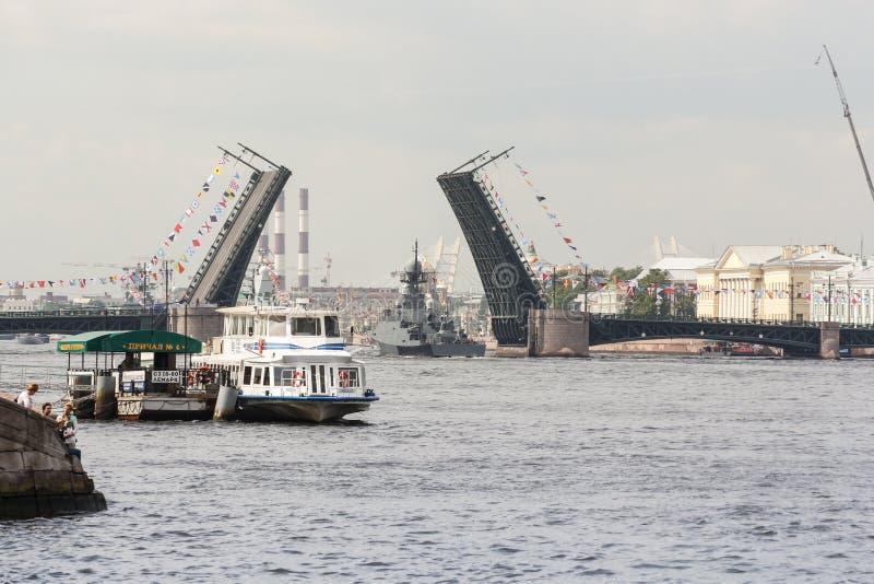 Het schip gaat de Paleisbrug over royalty-vrije stock foto's