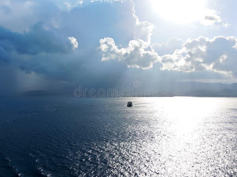 Het schip komt aan de kust van Calabrië in Straat van Messina royalty-vrije stock foto's