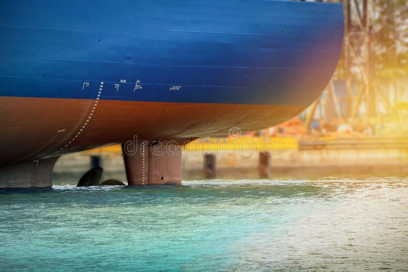 Het schip legde opzij in het overzees vast stock foto's