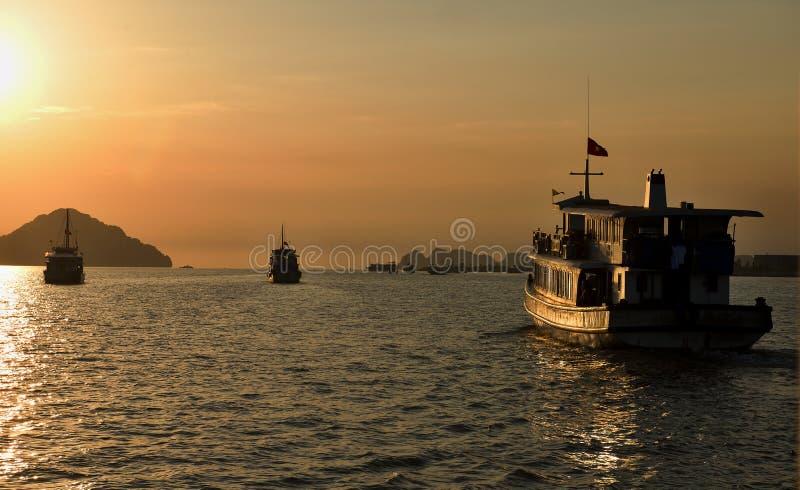 Het schip op Halong-Baai, Vietnam stock afbeeldingen