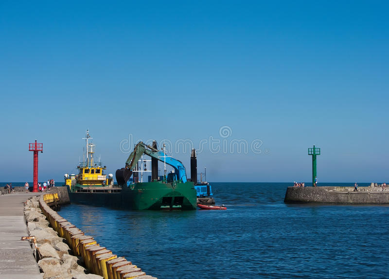 Het schip van de baggermachine in haven stock foto's