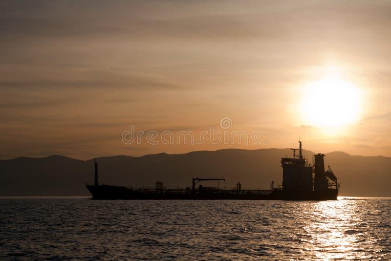 Het schip van de bulkcarrier bij zonsondergang royalty-vrije stock foto