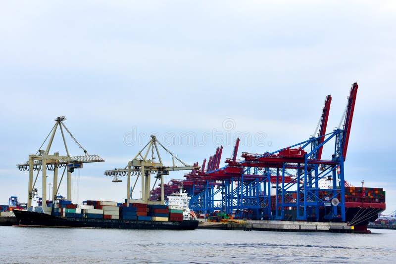 Het schip van de container in de haven stock afbeelding