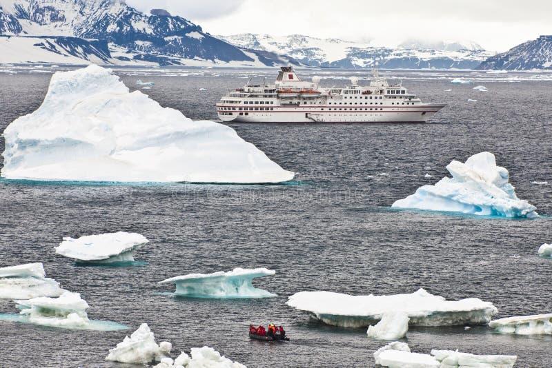 Het schip van de cruise in Antarctia royalty-vrije stock afbeelding