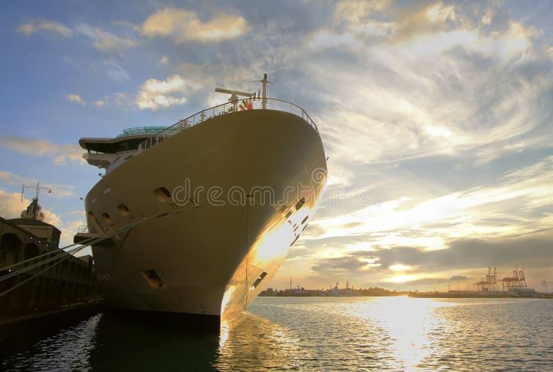 Het Schip van de cruise bij de Pijler stock afbeelding