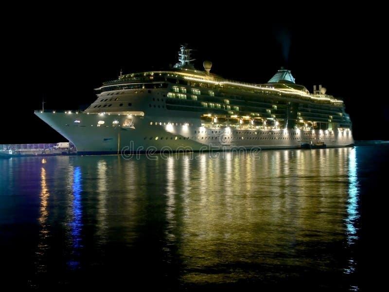Het schip van de cruise bij nacht met mooie bezinningen