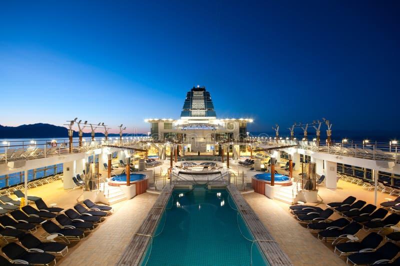 Het schip van de cruise bij schemer stock fotografie