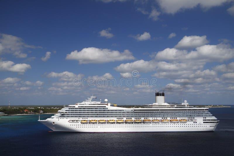 Het Schip van de cruise in blauwe Caraïbische wateren royalty-vrije stock foto's