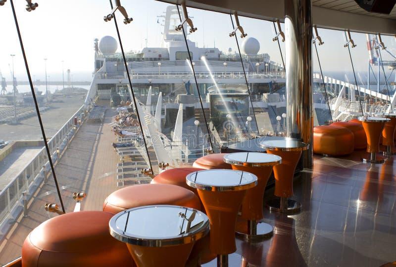 Het schip van de cruise. Buitenkant en binnenland stock afbeeldingen