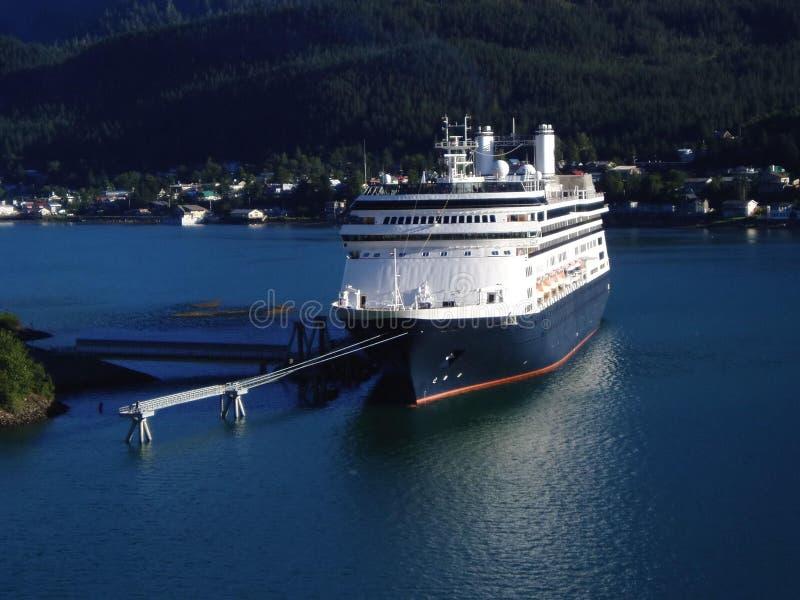 Het schip van de cruise dat in Juneau, de haven van Alaska wordt gedokt stock foto