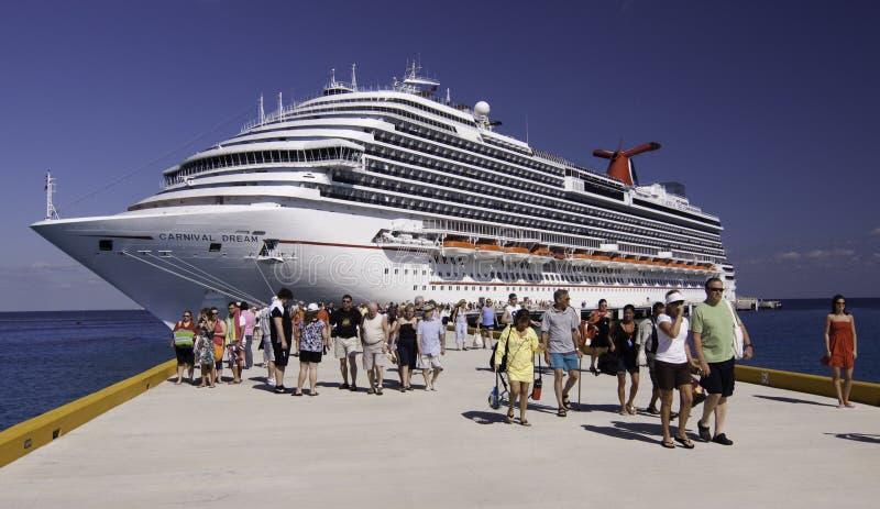 Het schip van de cruise - de Droom van Carnaval in Cozumel stock afbeelding
