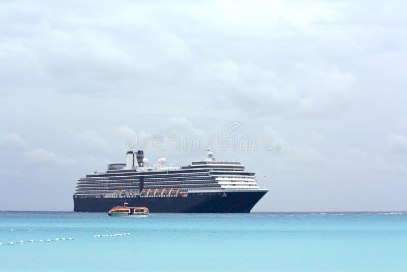 Het schip van de cruise en bewolkte hemelen stock fotografie