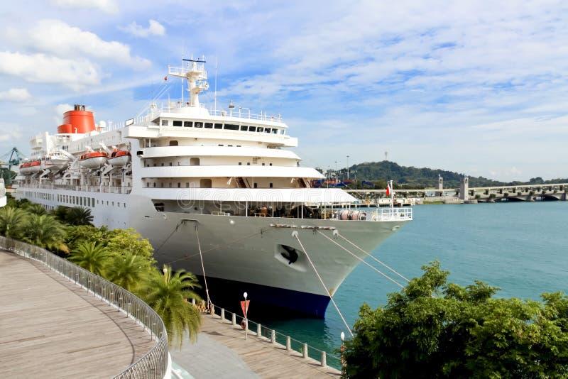Het Schip van de cruise in Haven stock afbeelding