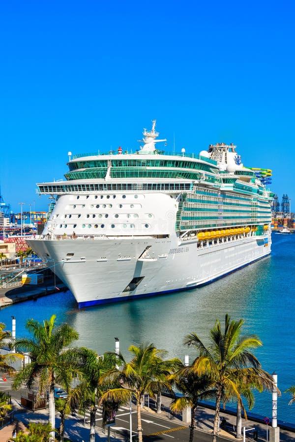 Het schip van de cruise in de haven royalty-vrije stock afbeeldingen