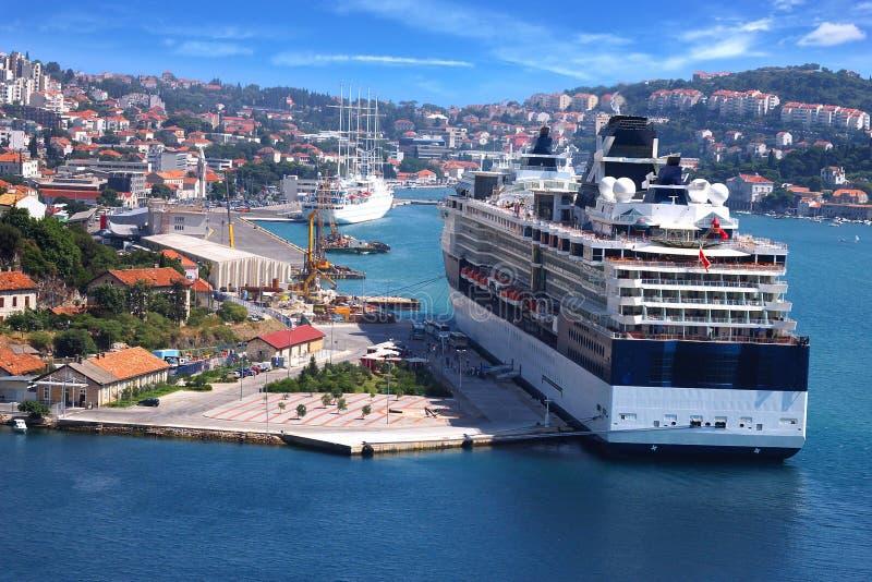 Het schip van de cruise op de achtergrond van Dubrovnik royalty-vrije stock foto