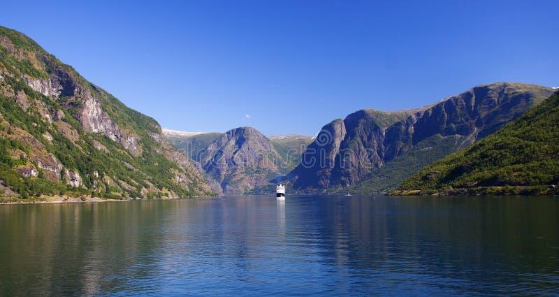 Het schip van de cruise op fjord stock foto