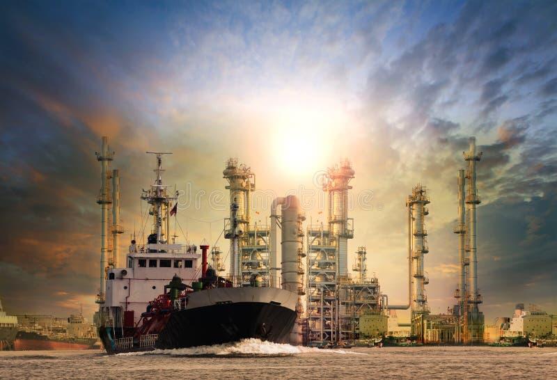 Het schip van de gastanker en de olieraffinaderij planten achtergrondgebruik voor olie, F stock foto's