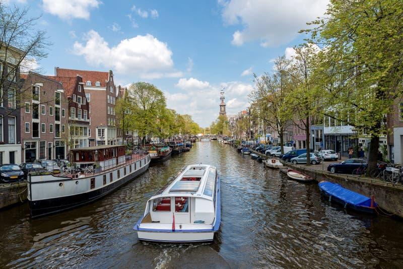 Het schip van de het kanaalcruise van Amsterdam met traditioneel huis i van Nederland stock fotografie