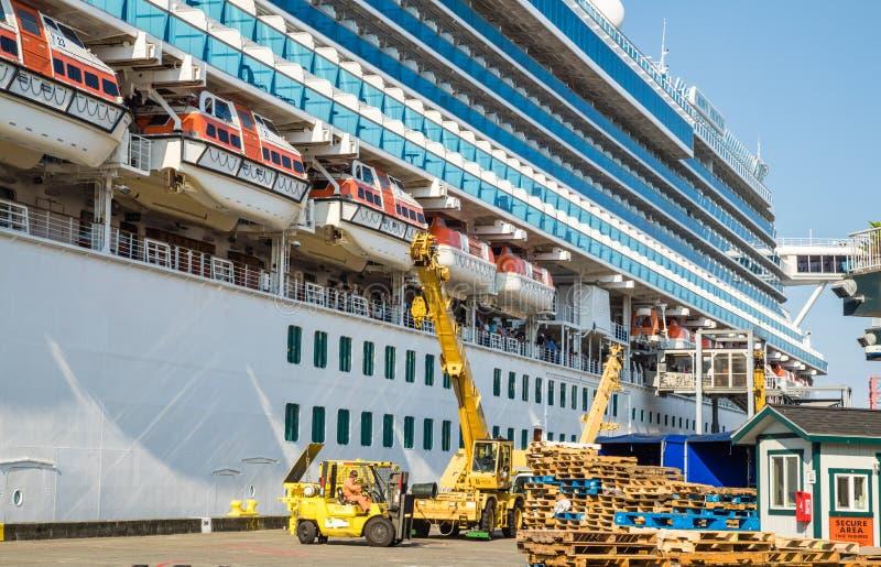 Het schip van de kroonprinsescruise te de waterkant die van Seattle wordt gedokt stock fotografie