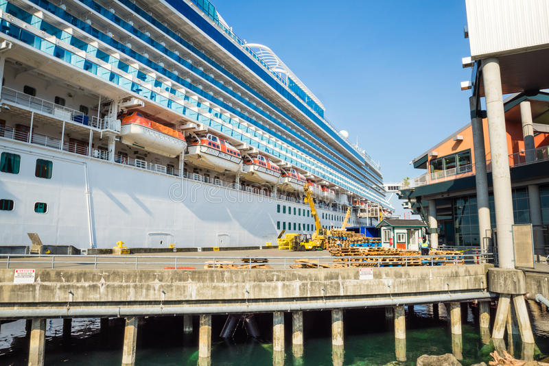 Het schip van de kroonprinsescruise te de waterkant die van Seattle wordt gedokt royalty-vrije stock foto's