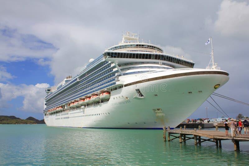 Het schip van de kroonprinsescruise verankerde in St John, Antigua en Caraïbisch Barbuda, stock afbeelding