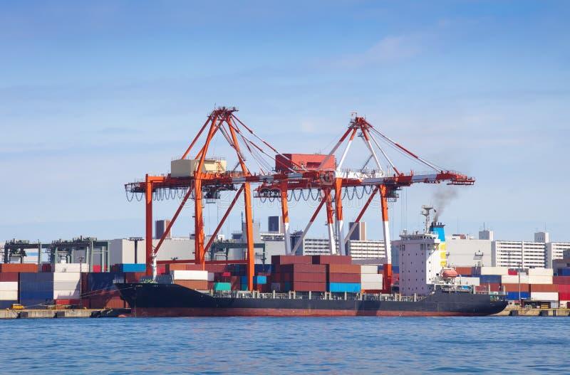 Het schip van de ladingsvracht met gestapelde container royalty-vrije stock foto's