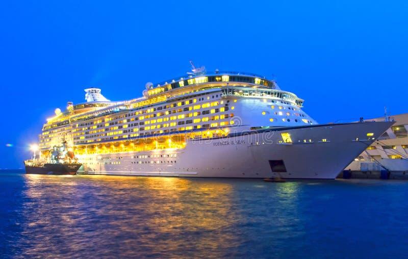Het schip van de luxecruise stock afbeelding