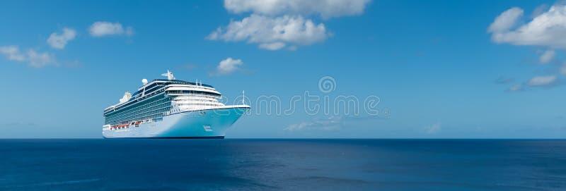 Het schip van de luxecruise op de oceaan royalty-vrije stock foto