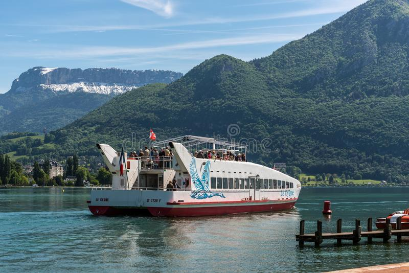 Het schip van de passagierscruise op Annecy meer, Haute Savoie, Frankrijk royalty-vrije stock afbeeldingen
