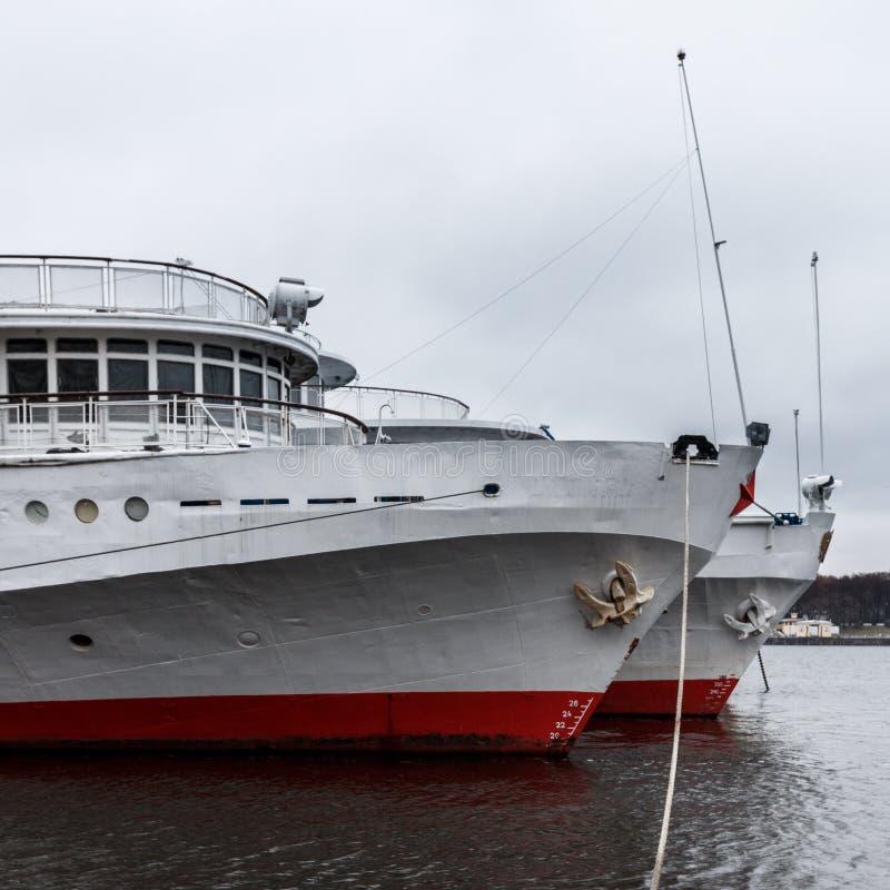Het schip van de passagierscruise wordt vastgelegd aan de de Rivierdijk van Moskou stock foto