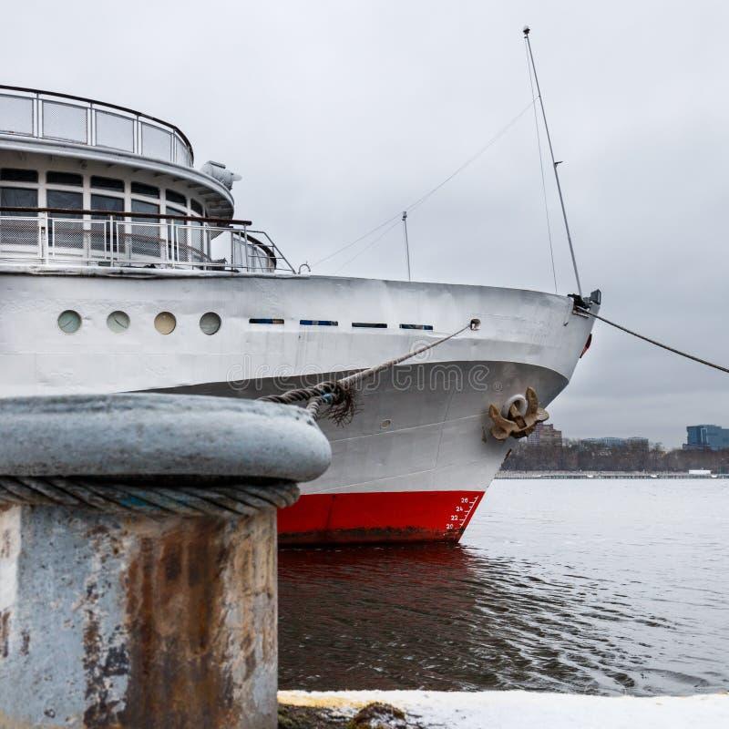 Het schip van de passagierscruise wordt vastgelegd aan de de Rivierdijk van Moskou stock foto's
