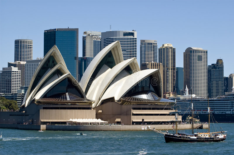Het schip van de piraat en Sydney operahuis royalty-vrije stock foto