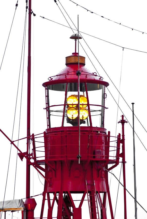 Het schip van de vuurtoren in haven stock afbeelding