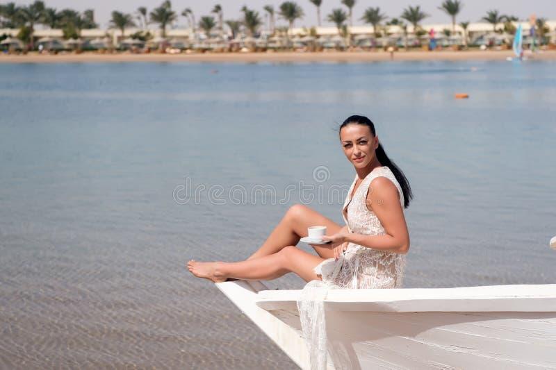 Het schip van de wittebroodswekencruise Overzeese van de huwelijksceremonie cruise De kledings zonnige dag van het bruid zit de a stock foto