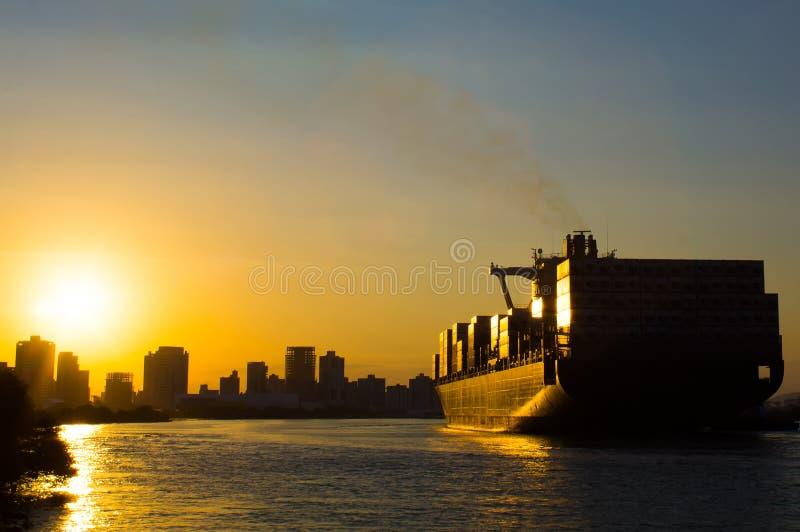 Het schip van de zonsondergangcontainer stock afbeelding