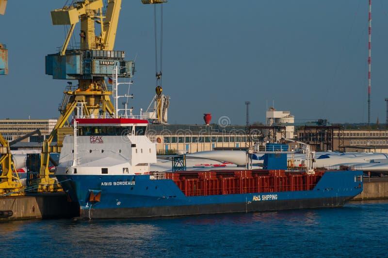 Het schip van het windmolenvervoer in haven van Rostock royalty-vrije stock fotografie